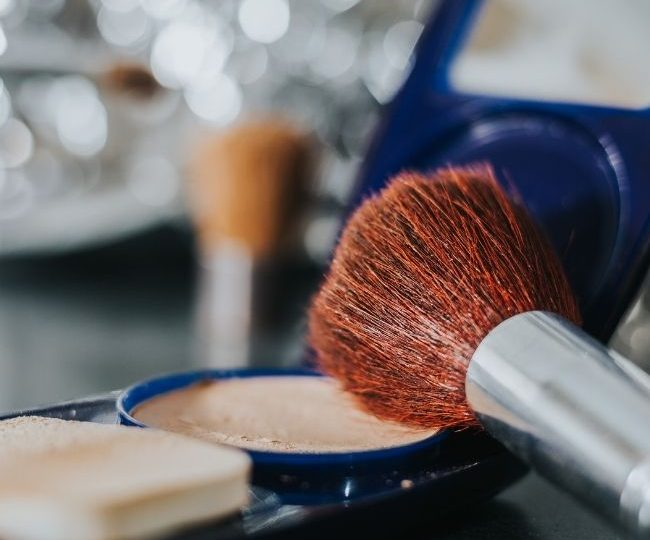 Loose vs Pressed Powder: The Differences Between Loose Powder and Pressed Powder